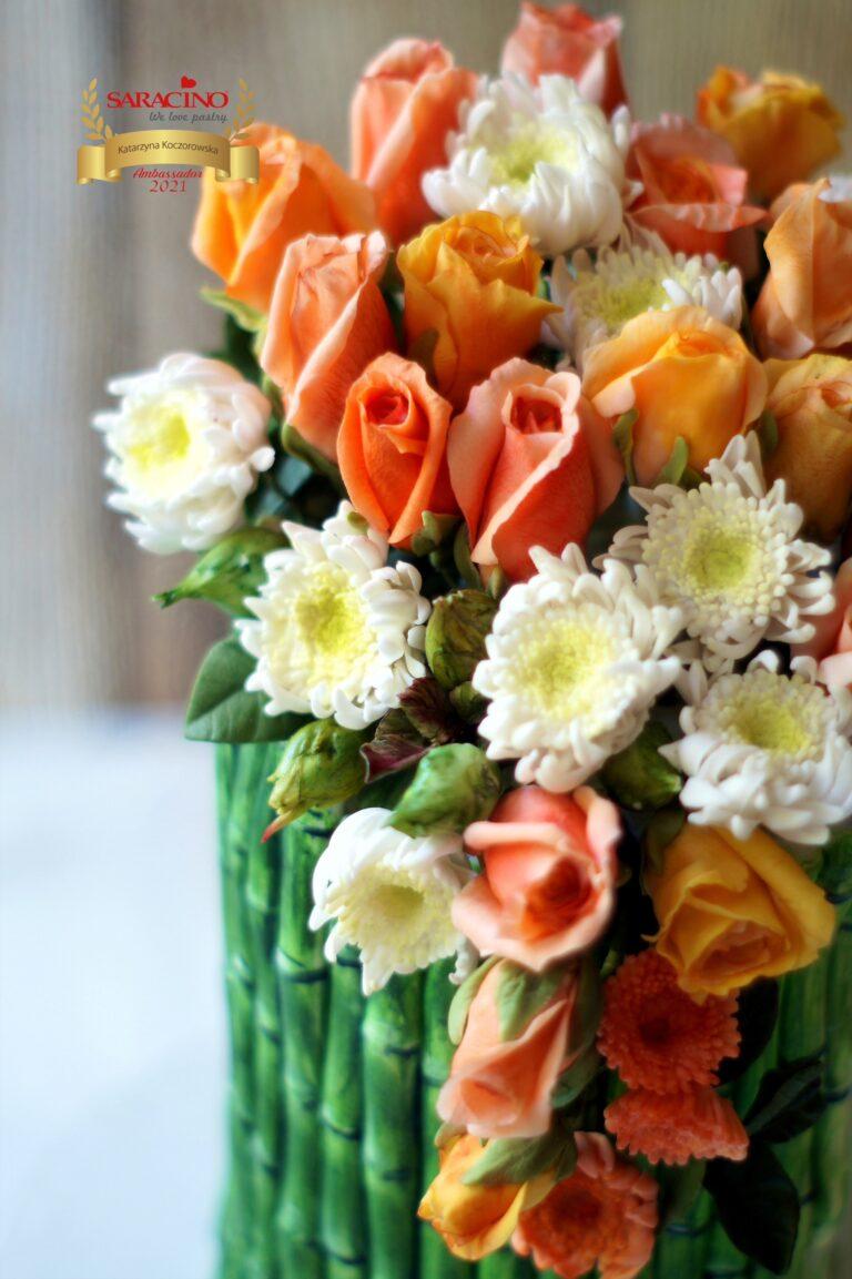 Bambusowy tort urodzinowy i kwiaty cukrowe