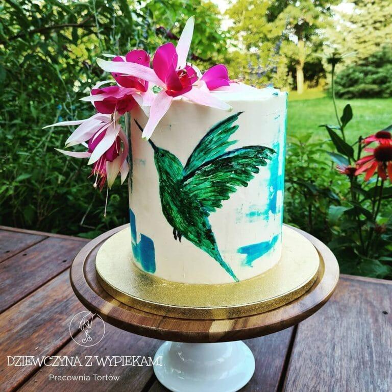 Tort z kolibrem i kwiatami fuksji
