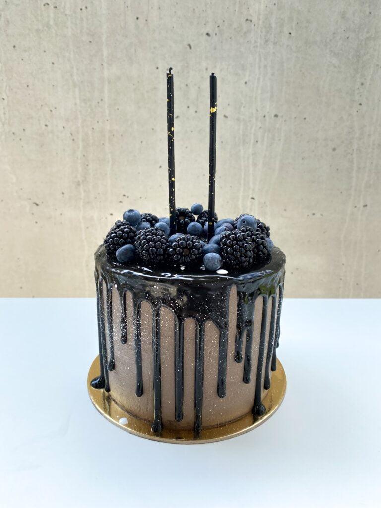 Męski tort z bielą nakrapianą